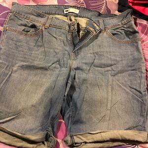 EUC LEVIS Light Wash Bermuda